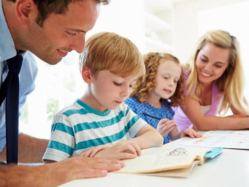 padres estudian con los hijos